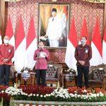 Gubernur Koster Resmi Berlakukan Penggunaan Pakaian Berbahan Kain Tenun Endek Bali Setiap Hari Selasa.