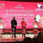 Gubernur dan Wagub Koster-Ace Berikan Penghargaan Bali Kérthi Nugraha Mahottama ke Praktisi Wariga dan Praktisi Lontar Bali